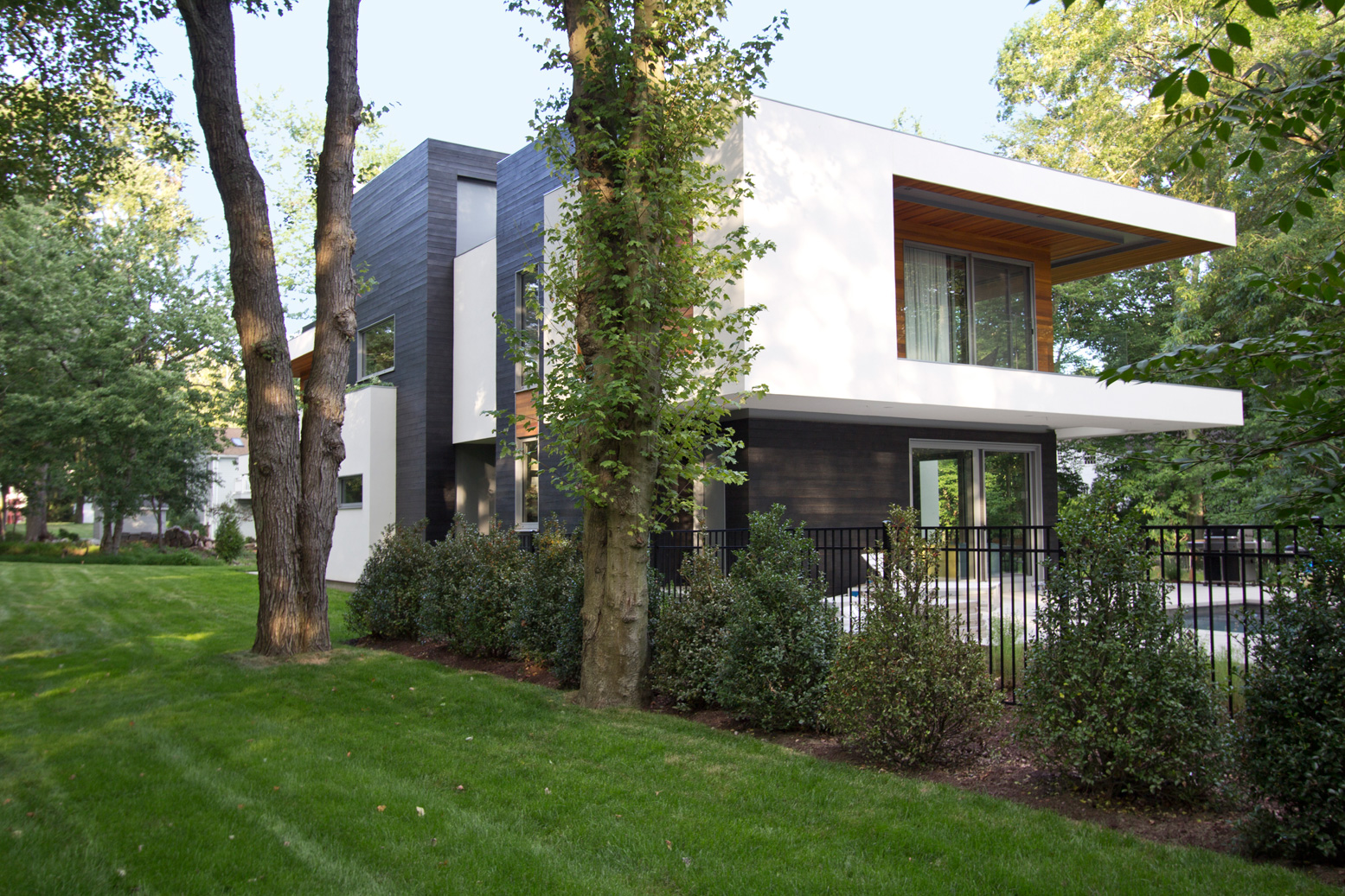 Vista lateral de casa con revestimiento de madera en fachadas